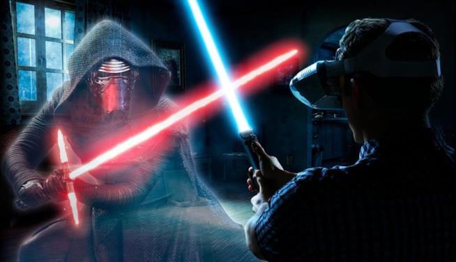 Un particolare del casco e della spada laser di Star Wars: Jedi Challenges