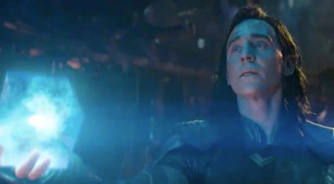 Loki offre a qualcuno il Tesseract in una scena del trailer di Infinity War