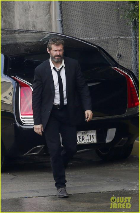 Hugh Jackman vicino ad un'auto