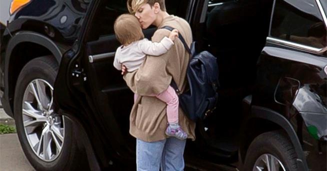 Scarlett Johanssono in una vecchia foto con la figlia Rose