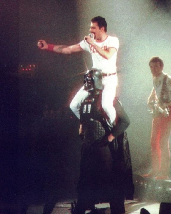 Freddie Mercury sul palco con uno sconosciuto che indossa il costume di Darth Vader