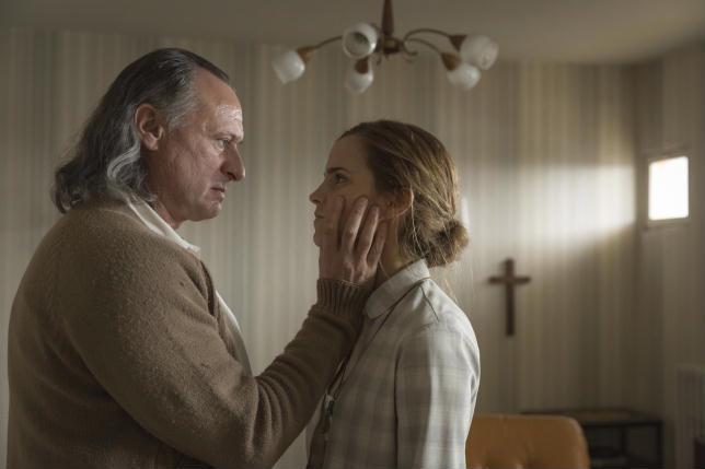 Emma Watson con Michael Nyqvist in una scena del film Colonia