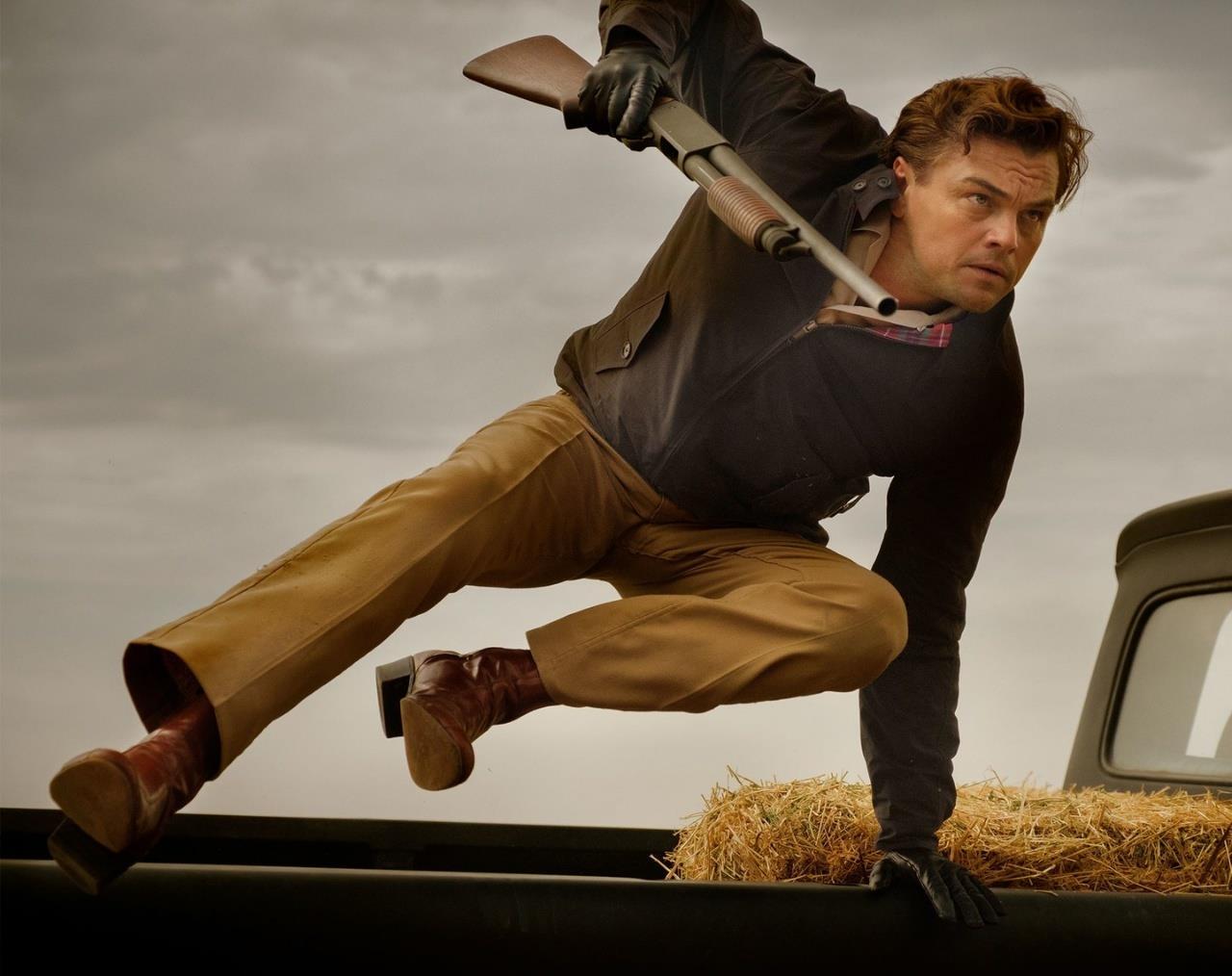 Rick Dalton-DiCaprio salta un'auto