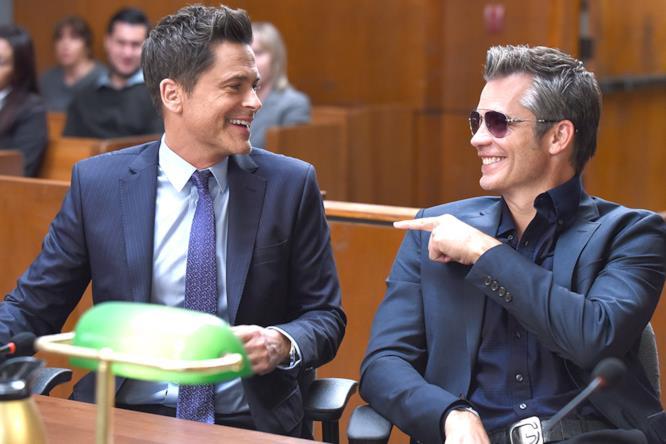 Dean Sanderson in tribunale mentre prova a rubare la scena a suo fratello Stewart