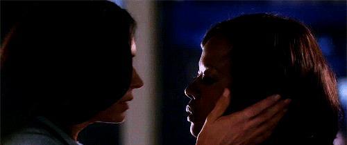 Il bacio appassionato tra Annalise e Eve