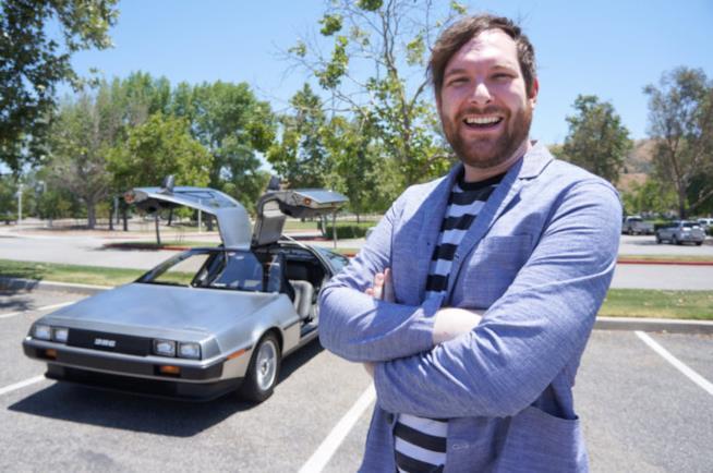 Il fan di Ritorno al Futuro posa accanto alla DeLorean che gli è costata una multa