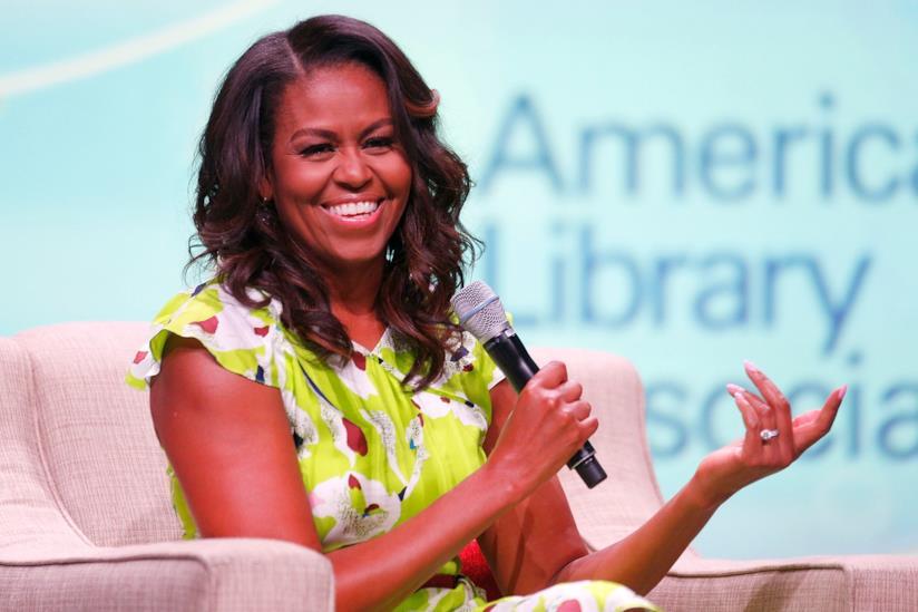 Michelle sorride con il microfono in mano