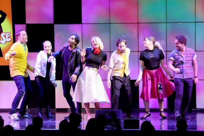 Il cast  di The Big Bang Theory canta Grease