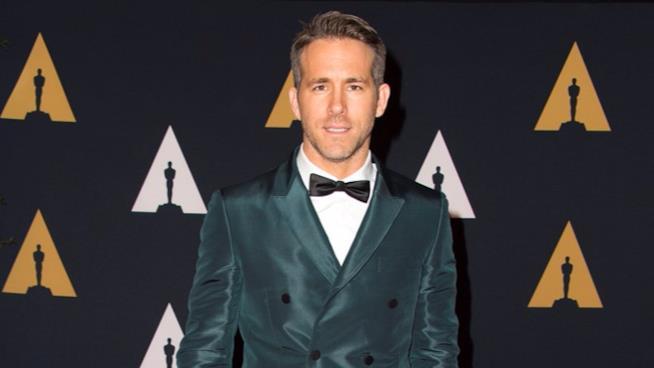 Ryan Reynolds sul red carpet con una giacca doppiopetto cangiante