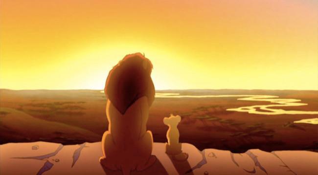 Mufasa e Simba de Il Re Leone guardano l'orizzonte