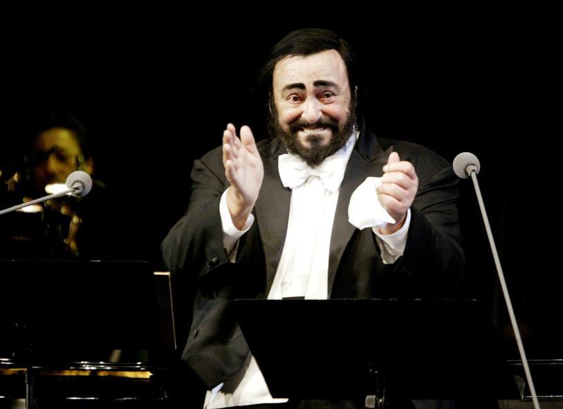 Luciano Pavarotti applaude durante un concerto a Mosca