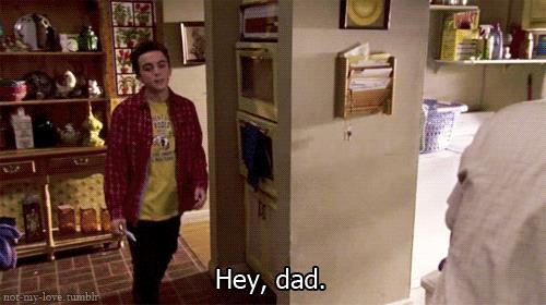Malcolm saluta il padre che lo accoglie con un coltello in cucina