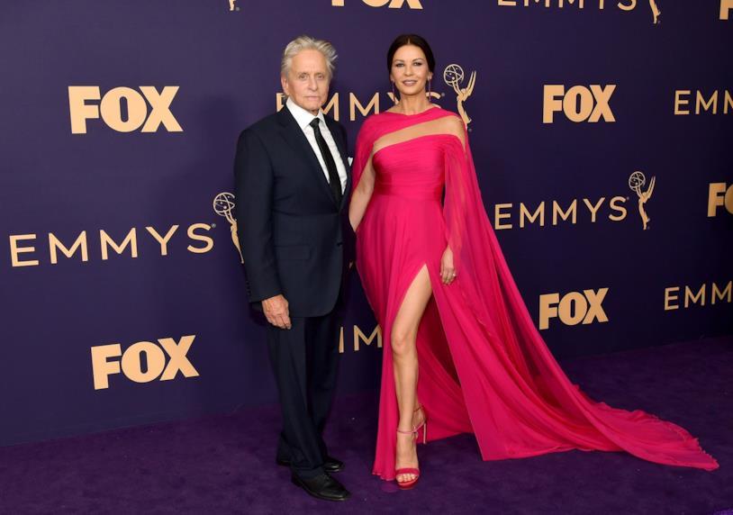 Catherine Zeta-Jones e Michael Douglas durante la cerimonia degli Emmy Awards