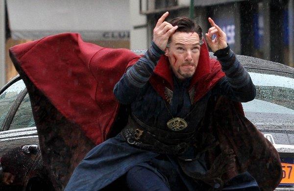 Benedict Cumberbatch lancia un incantesimo sul set di Doctor Strange