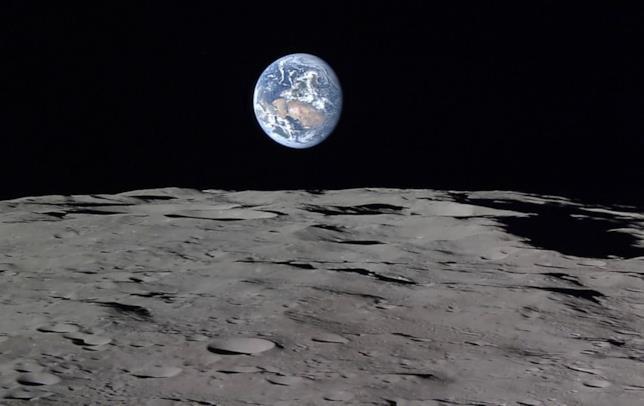 Primo piano del suolo lunare con vista sulla Terra