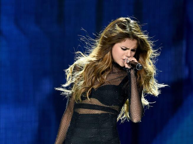 Selena Gomez canta sul palco del Revival Tour
