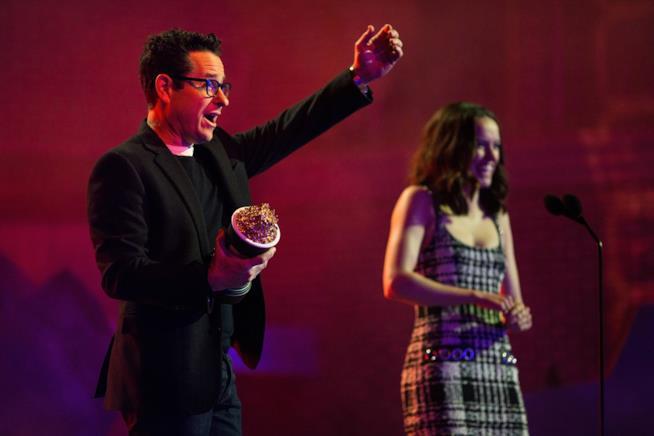 J.J. Abrams stringe il premio per Star Wars sul palco degli MTV Movie Awards 2016 con Daisy Ridley