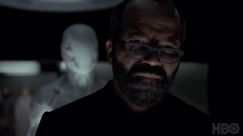 Un robot bianco si avvicina a Bernard di spalle