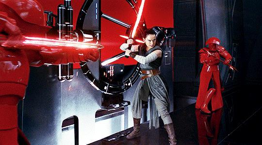 Immagine di Rey con la spada di Kylo Ren