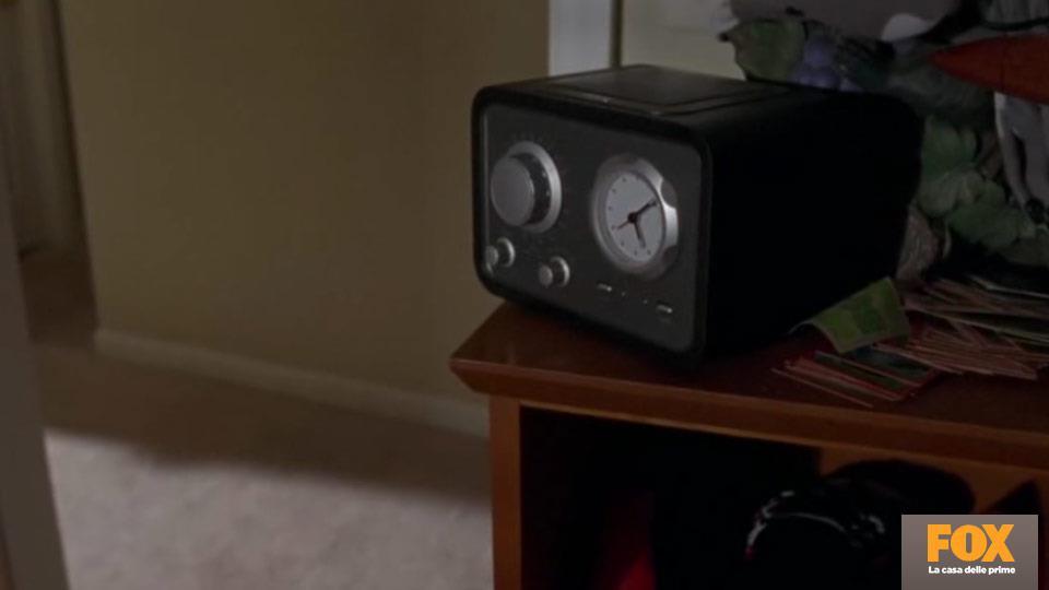 In lingua originale, la voce alla radio è quella di Andrew Lincoln. Il racconto si riferisce al tragico genocidio del Rwanda.