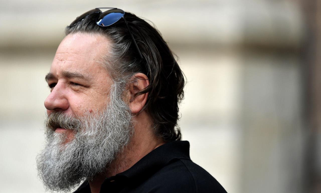 La lunga barba grigia di Russell Crowe