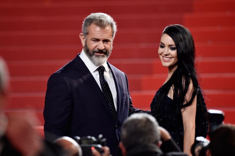 Primo piano di Mel Gibson e Rosalind Ross a Cannes