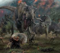 Il T-Rex di Jurassic World: Il regno distrutto mentre attacca gli umani
