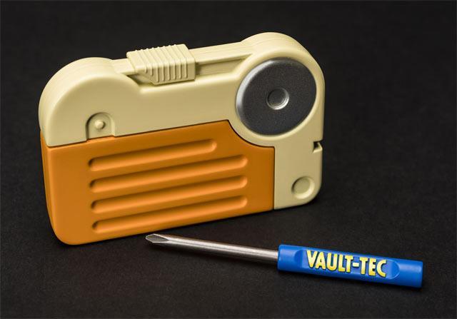 Cacciaviti e holotape a marchio Vault-Tec