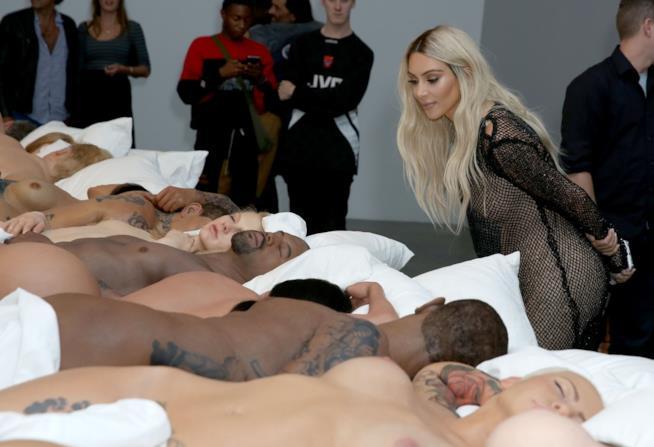 Primo piano di Kim Kardashian bionda in visita al plastico di Famous