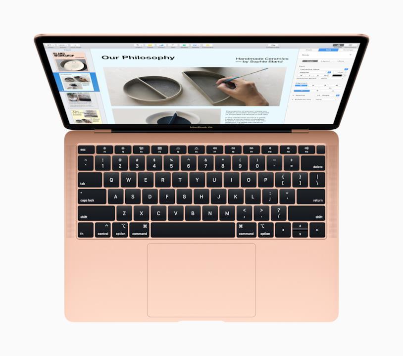 """Immagine stampa del nuovo MacBook Air 13"""" di Apple nelle colorazione Oro"""