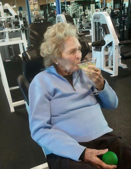 In palestra: donna di 99 anni che beve un drink in palestra