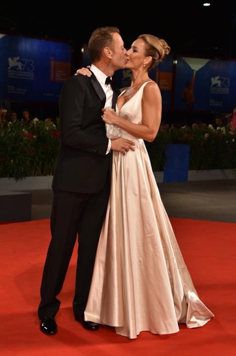 Il bacio di Rocco Siffredi alla moglie Rozsa Tassi a Venezia 73