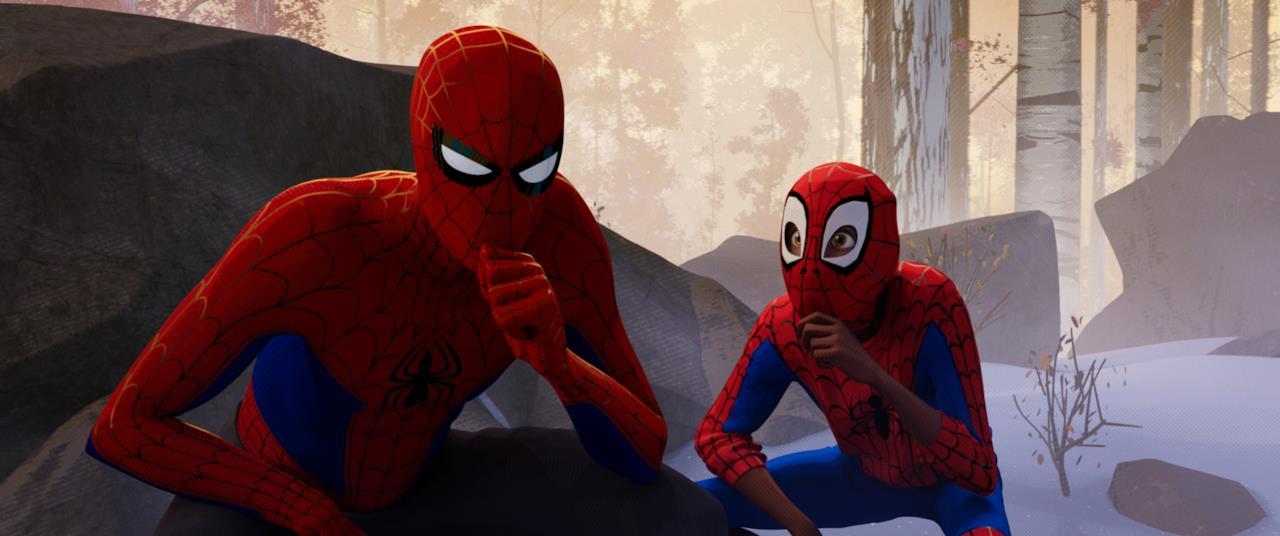 Peter Parker riflette su un piano d'azione affiancato da Miles
