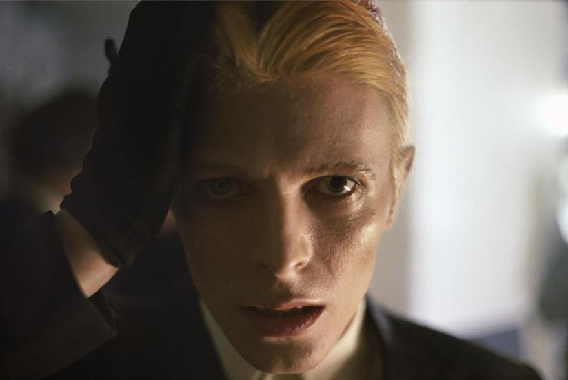 Un primo piano di David Bowie in The Man Who Fell to Earth