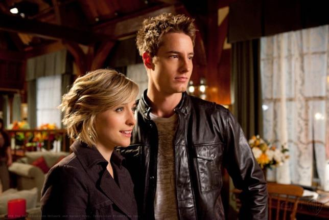 Chloe e Oliver abbracciati in una scena di Smallville