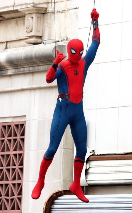 Tom Holland su un edificio