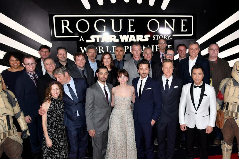 Il regista, il cast e la troupe di Rogue One: A Star Wars Story posano per i fotografi alla premiere mondiale del film