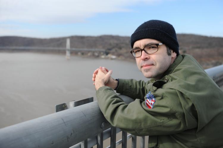Owen King su un ponte
