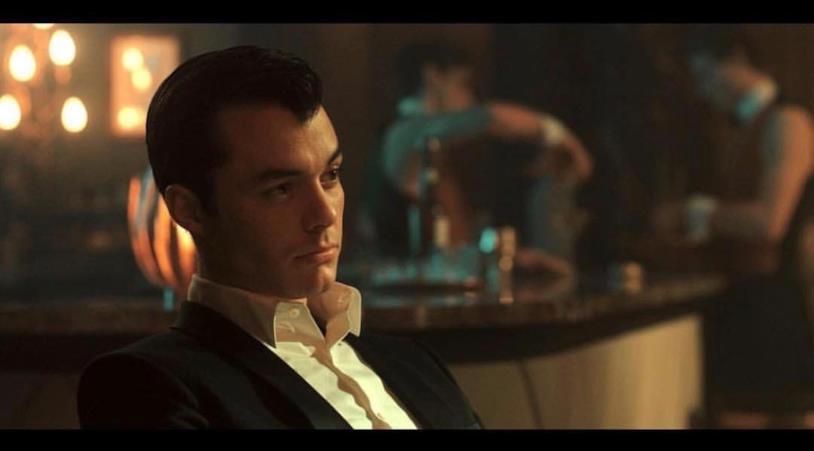 Mezzo primo piano di Jack Bannon in una scena della serie Pennyworth