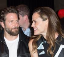 Bradley Cooper e Jennifer Garner sorridenti all'evento Versace