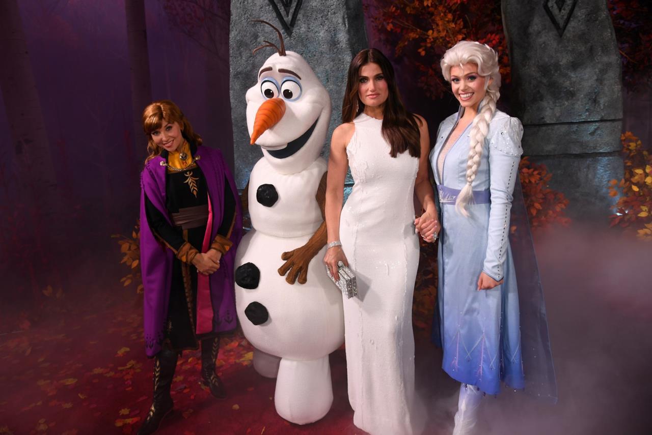 Una foto di Idina Menzel con Anna, Elsa e Olaf