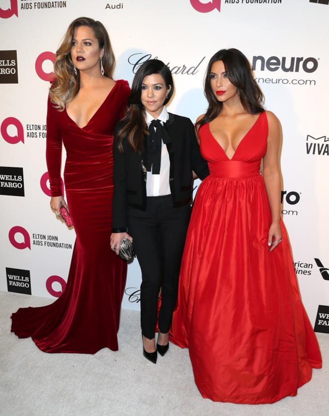 Khloé Kardashian con le sorelle Kourtney e Kim Kardashian