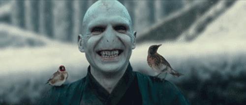 Voldemort sorridente tra gli uccellini