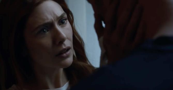 Elizabeth Olsen è Scarlet ed è visibilmente preoccupata per Visione