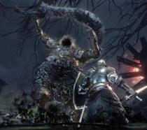 Il protagonista di Dark Souls III combatte contro un enorme boss nel DLC The Ringed City