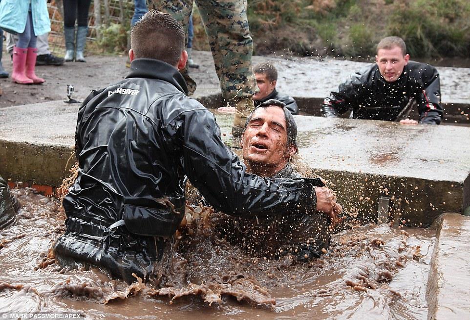 Henry Cavill alla corsa nel fango della Royal Marins Commando Challenge.
