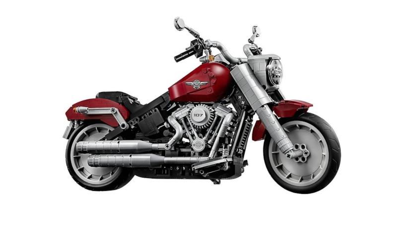 Un primo piano della Harley-Davidson Fat Boy realizzata coi LEGO