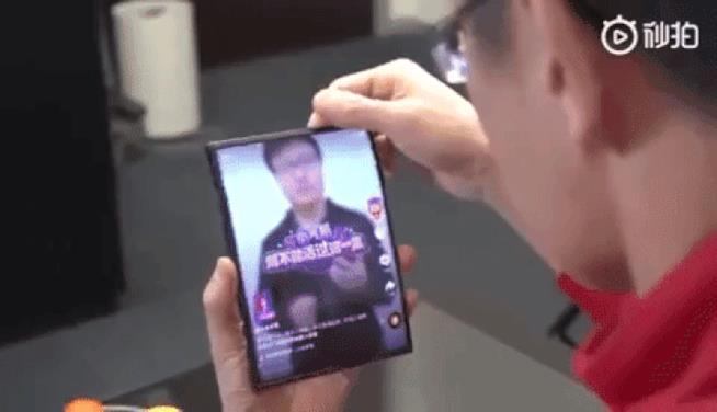 Lo Xiaomi Mi Fold mostrato dall'azienda in un video pubblicato su Weibo