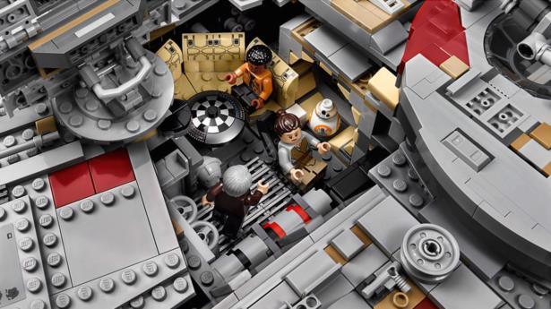 Il set Millennium Falcon visto dall'interno con le minifigure