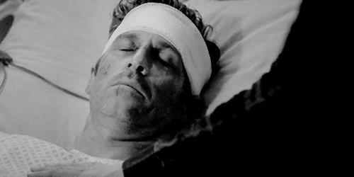Una gif di Meredith che mette la mano sul corpo di Derek morto.